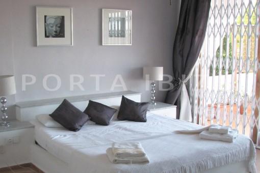 masterbed-cala moli-spacious villa-sea views