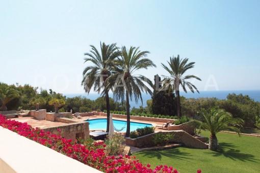 garden & pool-unique property-fantastic seaviews