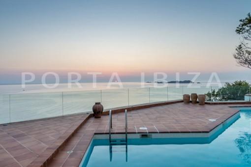 Designervilla in erster Meereslinie in Cala Moli und vorhandenem Umbauprojekt