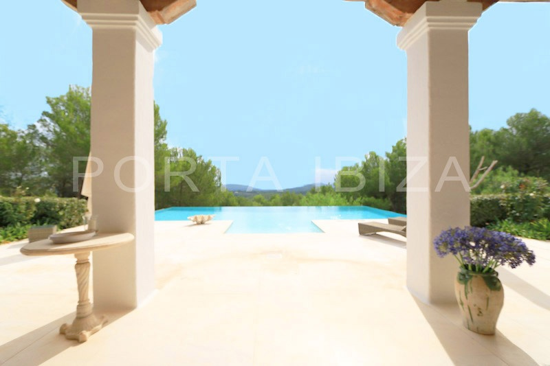 Exzellente Blakstad Villa mit Meerblick zwischen San Lorenzo und Santa Gertrudis