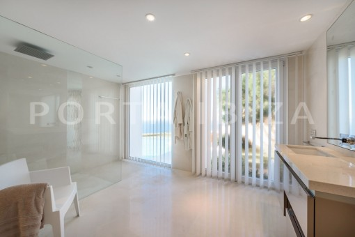 bathroom2-unique property-private sea access-fabulous views