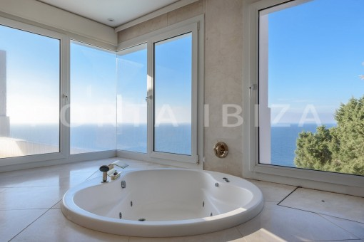 jacuzzi-unique property-private sea access-fabulous views