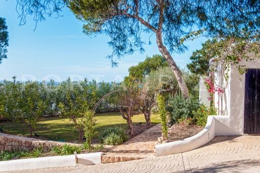 garden area-wonderful villa-sea access-southwest coast