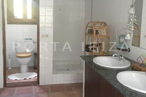 bathroom2-charming property-fabulous location-Cala Conta