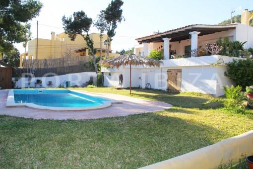 garden & pool-beautiful house at Sa Carroca