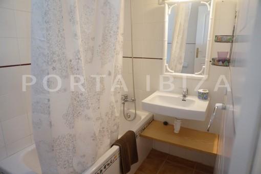 bathroom-charming apartment-beautiful view-Coralmar