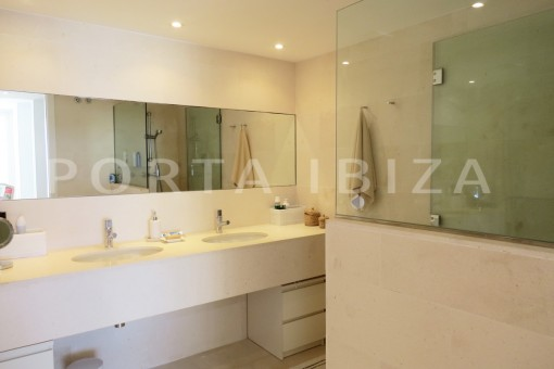 bathroom2-marvelous modern apartment-breathtaking sea view