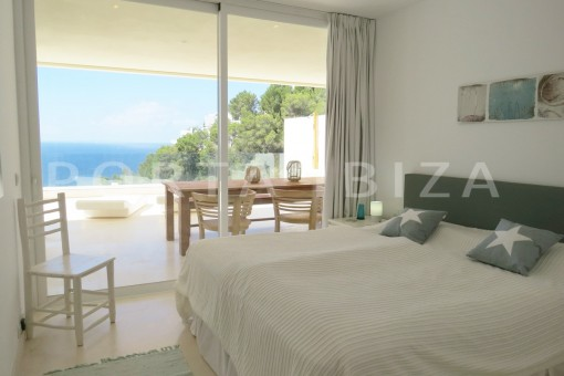 bedroom-marvelous modern apartment with breathtaking sea view