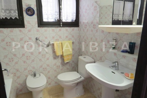 charming house-bathroom-great potential for renovation-San Agustin