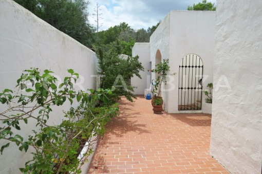 charming house-entrance-great potential for renovation-San Agustin