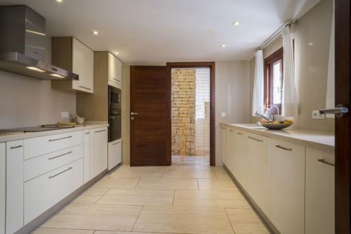 Voll ausgestattete Küche in weiß