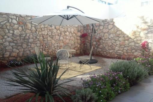 Terrasse mit Natursteinwand