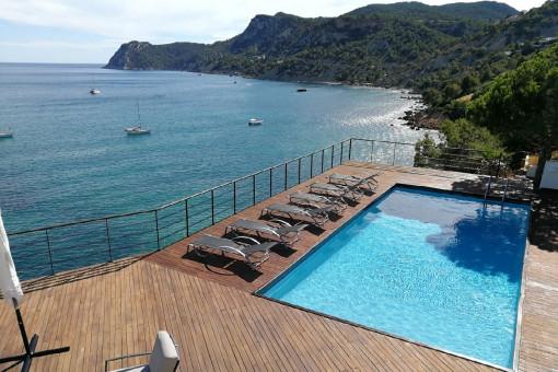Moderne Villa in erster Meereslinie in Es...