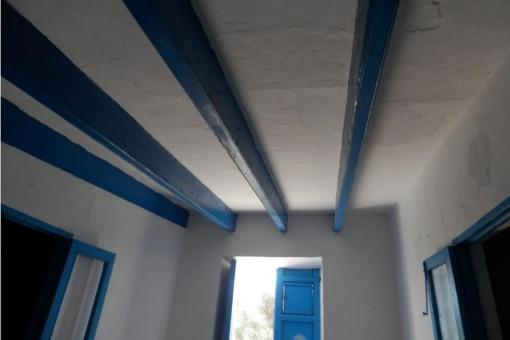 Charmante, blaue Holzdeckenbalken