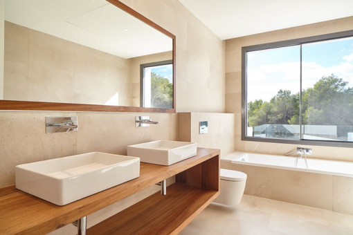 Nobles Badezimmer mit Badewanne