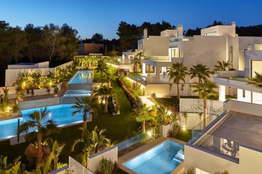 Villakomplex bei Nacht