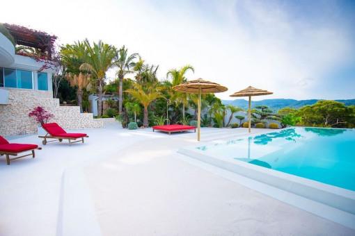 Große Poolterrasse der Villa